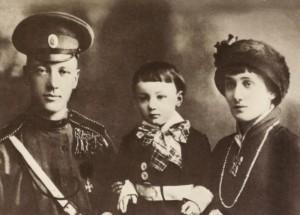 Nikolaj Gumiljov och Anna Achmatova med sonen Lev.
