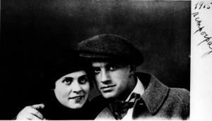 Lili Brik och Majakovskij. Viktor Sjklovskij var litteraturteoretiker och ett ledande namn inom den ryska formalismen i början av seklet.