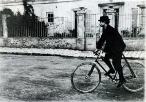 Den hängivne velocipedryttaren Jarry 1898.